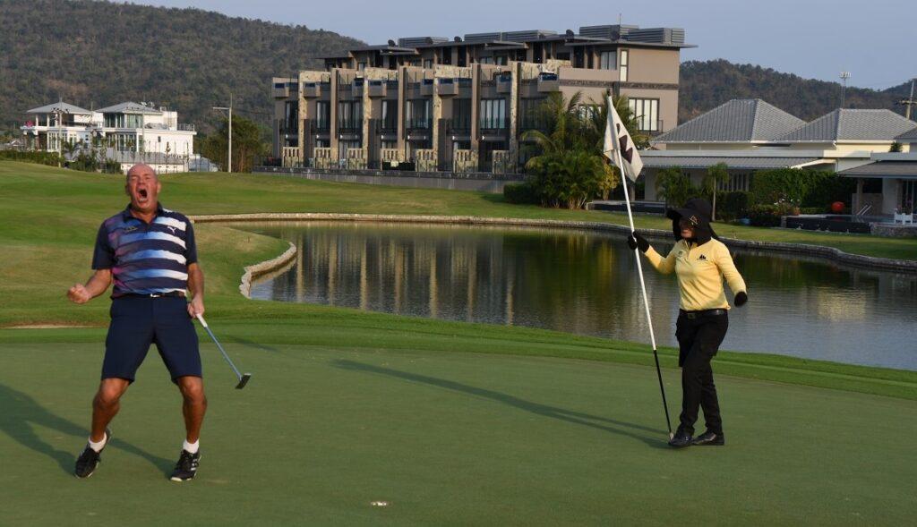 Golfspelare och caddy