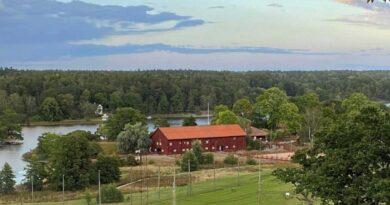 Fin sensommarbild över greenen på hål 9, Ekholmsnäs Gård och Kyrkviken!