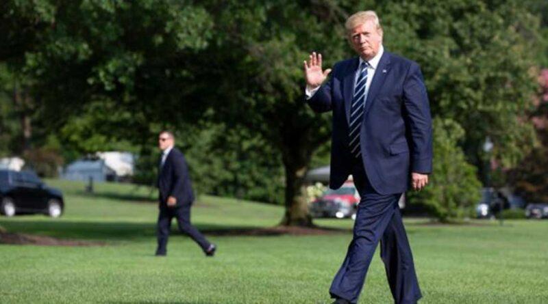 Donald-Trump.jpg går i parken utanför Vita huset