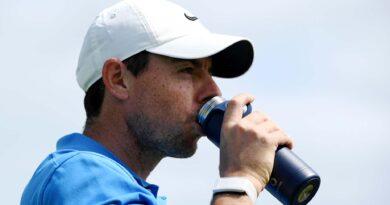 Rory McIlroy dricker vatten