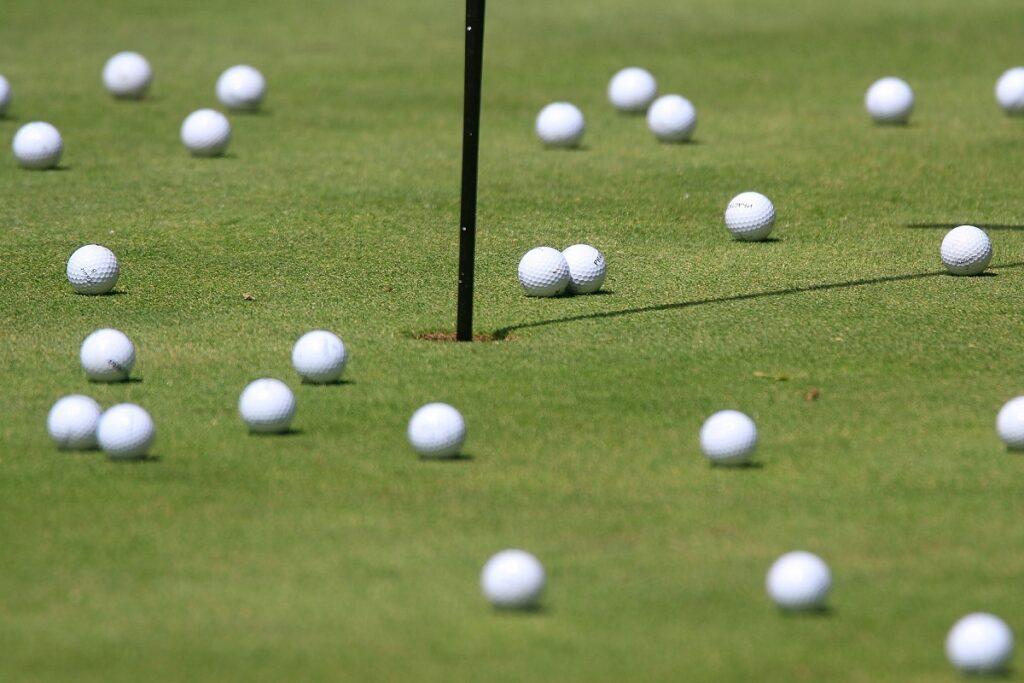 Golfbollar på green