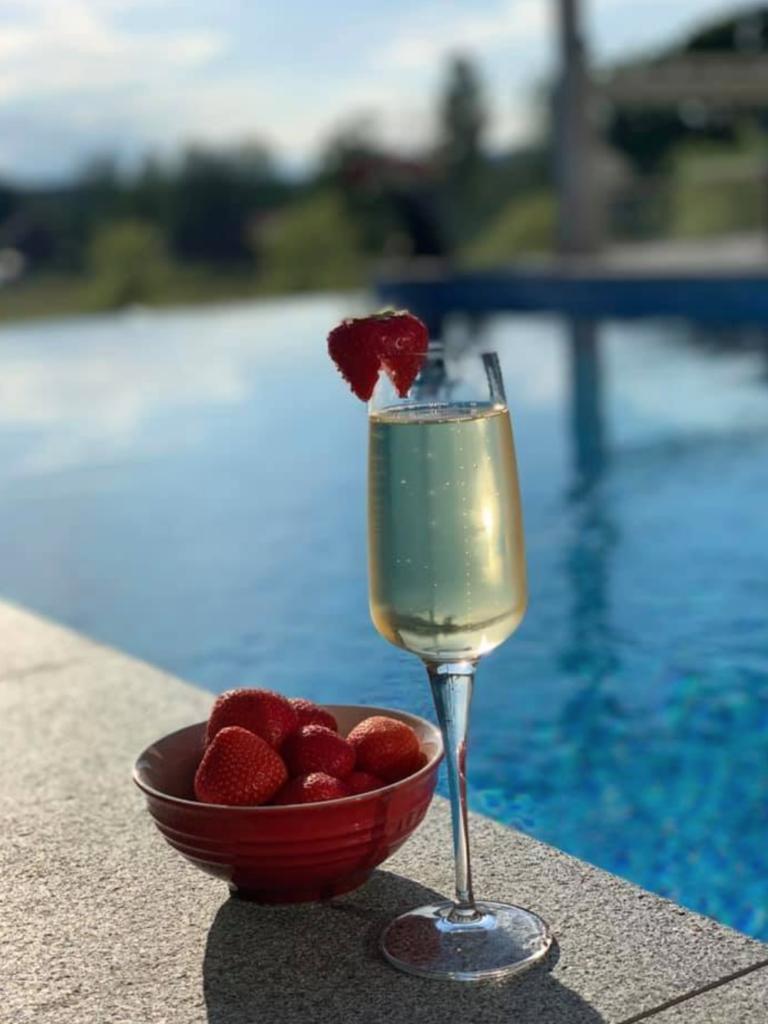 champagne och pool